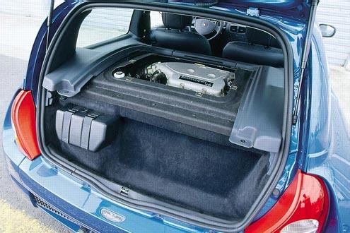 Wo sonst die Rückbank ist, sitzt der Dreiliter-V6. Er entwickelt mächtig Dampf und Hitze. Zum Glück gibt es eine Klimaanlage. Ganz hinten: Platz für den Kulturbeutel.