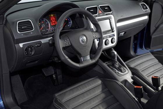 Eos-Innereien: griffiges Lederlenkrad, klar gezeichnete Mittelkonsole, Sechsgang-Schaltgetriebe in allen Motorversionen.