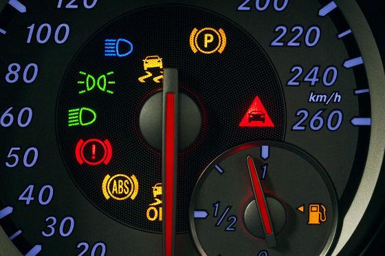 Der Radsensor wird in die felge geschraubt und übermittelt per Funk seine Messwerte an ein Display im Armaturenbrett..