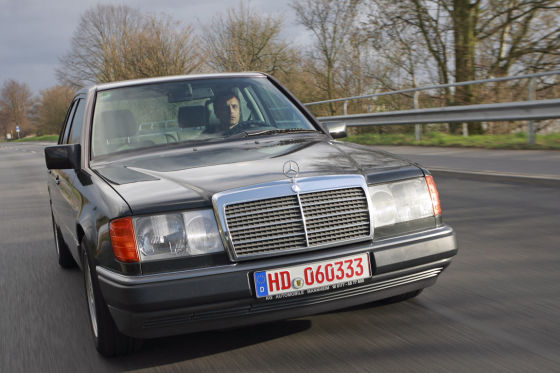 Ein junger Klassiker ist der Beste der Besten: Der Mercedes 220 E, Sieger in der Oberklasse.