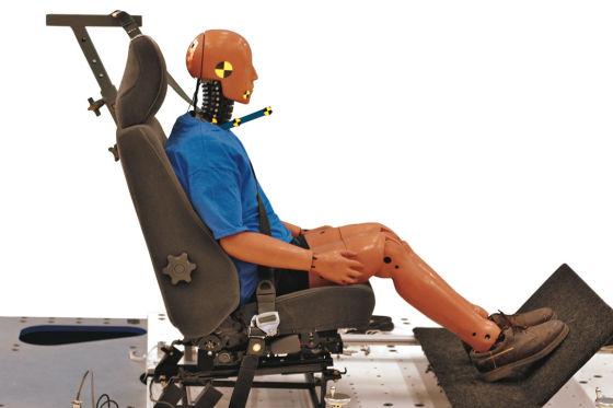 Männlich genormte Crashtest-Dummies könnten die Ursache für die erhöhte Schleudertrauma-Gefahr bei Frauen sein.
