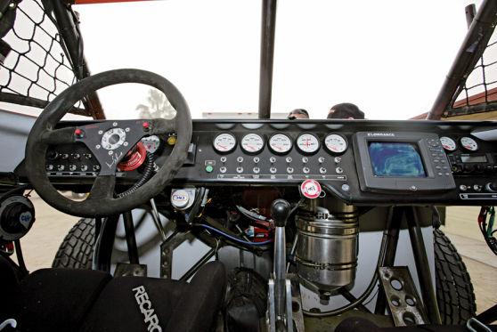 Ein paar klassische Rundinstumente, eine Reihe massiv-metallener Schalter - viel mehr gibt es im Cockpit nicht zu bedienen.