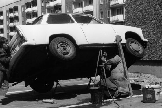 Das Auto im Sozialismus: Improvisierte Trabi-Werkstatt.