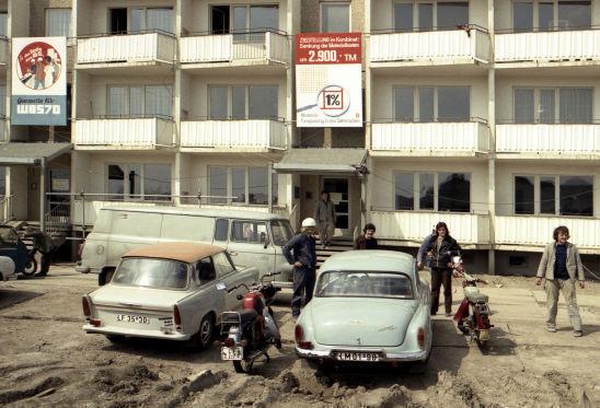 Das Auto im Sozialismus: Plattenbau mit Wartburg, Trabi und Barkas-Lieferwagen.