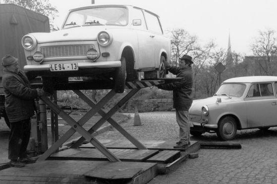 Das Auto im Sozialismus: Trabant auf der Hebebühne.