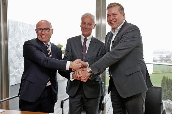 Bernhard Maier, Vorstandsvorsitzender von ŠKODA Auto, Matthias Müller, Vorstandsvorsitzender der Volkswagen AG und Günther Butschek, CEO und Managing Director von Tata Motors Ltd.