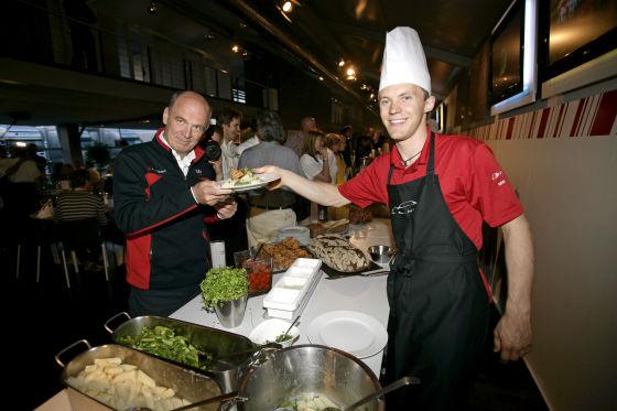 Erfolgsrezept: Ekström (rechts) macht jeden Spaß mit und serviert seinem Chef Dr. Ullrich das Essen.