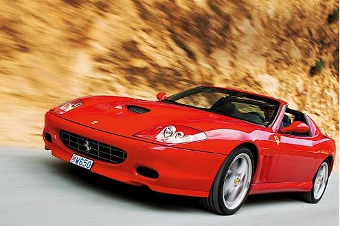 Obwohl der Sonnendach-Ferrari stattliche 1750 Kilo wiegt, ist er ein echter Sportwagen.