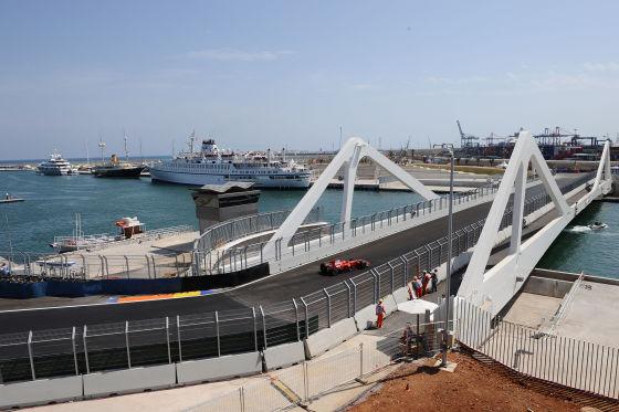 Der Kurs von Valencia erscheint wie eine Mischung von Montreal und Monaco. Spektakulär: Die Brücke über den Hafen.