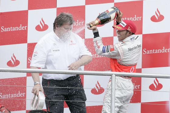 Nach dem Rennen feierten Hamilton und Mercedes-Sportchef Haug – aber die Freude dauerte nur zweieinahalb Stunden.