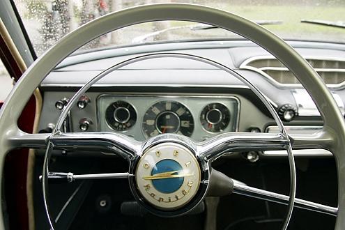 Runde Sache: elegantes Cockpit mit geschwungenem Armaturenbrett. Die Dreigang-Schaltung sitzt rechts am Lenkrad.