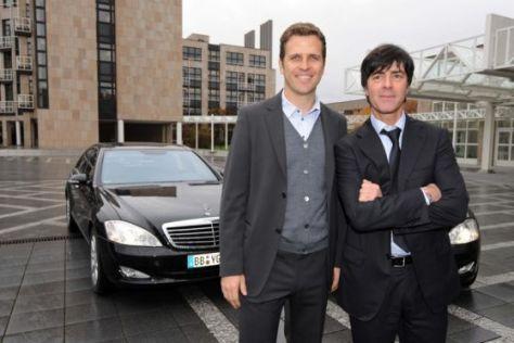 Oliver Bierhoff und Jogi Löw vor ihren S 400 Blue Hybrid-Testautos.
