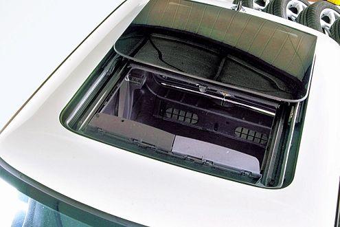 Das elektrisch betätigte Schiebedach und die Fensterheber öffneten sich im Testbetrieb selbstständig.