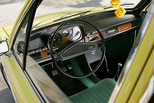 Das Cockpit strahlt mit dem Charme der 70er Jahre.