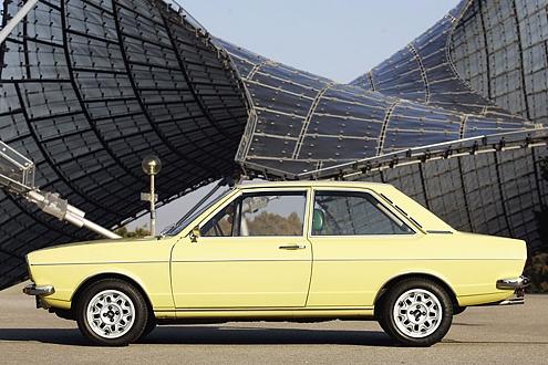 Unter deutschen Dächern: der Audi 80 GL im Münchner Olympiapark.