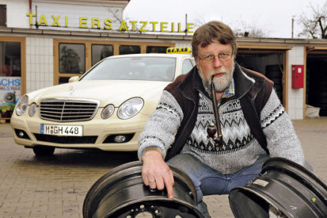Taxiausrüster Günter Pöpperl mit zerstörten Felgen