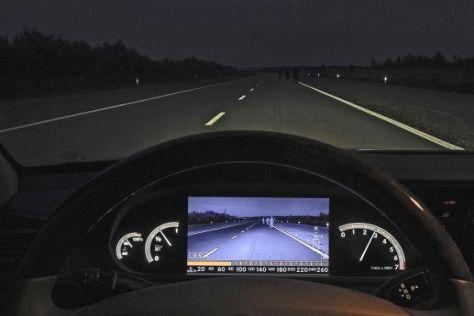 Nachtsichtgeräte sind nur so gut wie der Fahrer, fanden Unfallforscher heraus.