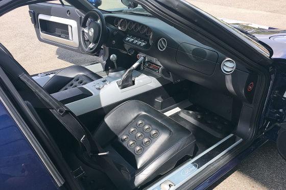 Generationentreffen ohne Konflikt: Ford GT 40 mit 306 (links) und Ford GT mit 550 PS, beide mit bulligem V8-Mittelmotor, beängstigendem Grollen und Vortrieb ohne Ende.