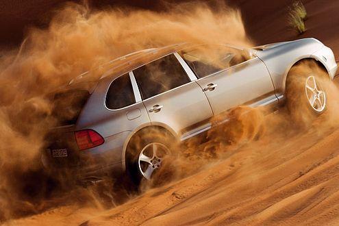 Da freut sich der Scheich: Feinster Wüstensand ist für den Cayenne Turbo S kein Hindernis.