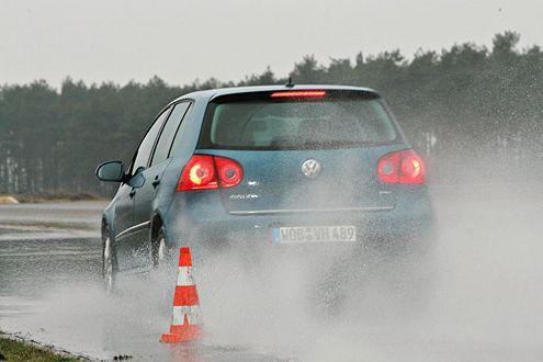 Wie gut sind Reifen vom Discounter? Ergebnis: katastrophal. Vor allem bei der Vollbremsung auf nasser Straße ...