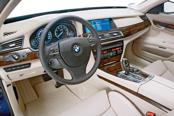 Alles an Bord: Komfortsitze, Navi, Vierzonen-Klimaautomatik, Tempomat mit Bremsfunktion, Zuziehautomatik für die Türen, Parkpiepser sowie Chrom undundund.