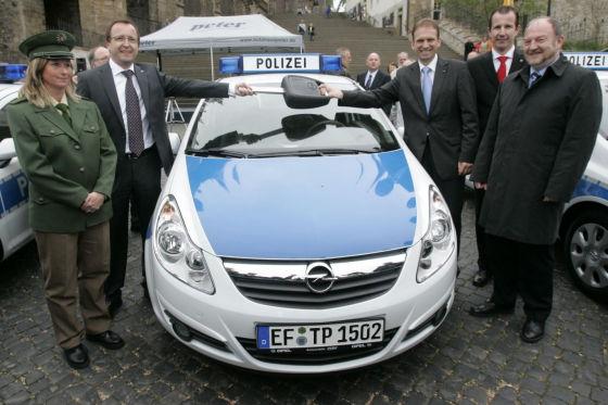 Das ist kein Opel-Treffen, sondern der Beginn einer Dienstfahrt auf dem Domplatz in Erfurt.