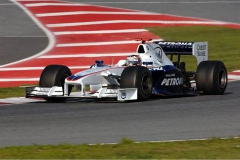 Testfahrer Christian Klien bei den Wintertests auf dem Circuit de Catalunya