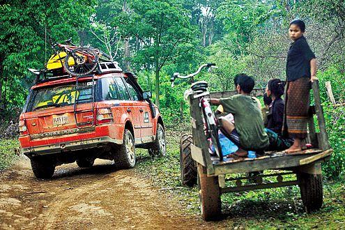 Abenteuer Alltag: Challenge-Rover trifft Eingeborenen-Transporter.