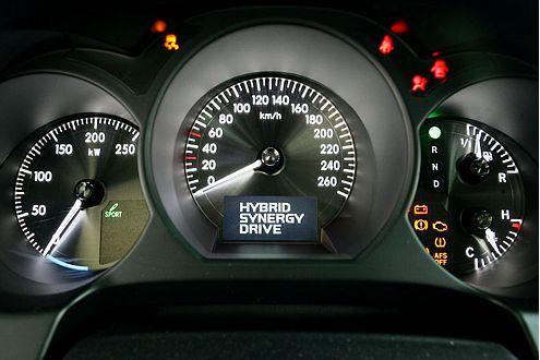 Lichtdesign à la Lexus. Links: Kilowatt-Anzeige statt Dehzahlmesser.