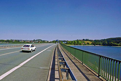 Abgefahren: Auf dem Weg zum Bergwerk überquert der Manta einen Stausee im Sauerland.