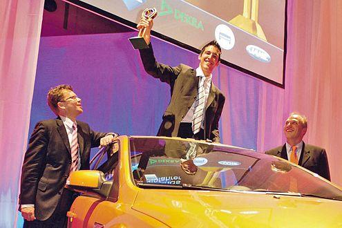 Strahlender Sieger: Adrian Bernhard (Mitte) in seinem neuen Focus ST.
