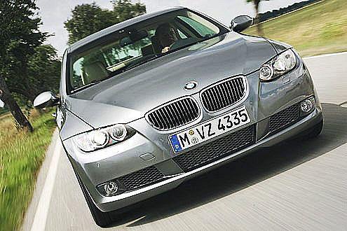 Xenon-Scheinwerfer ohne Aufpreis: Das passt in die aggressive BMW-Front.