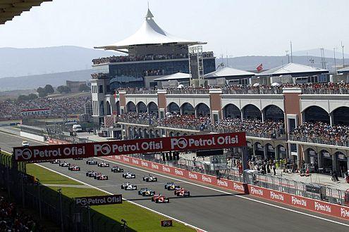 Die Zuschauer in Istanbul sahen ein extrem spannendes Rennen. Schon beim Start gab es hitzige Positionskämpfe.