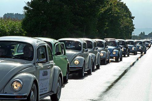 Nase an Bürzel ging es über die Landstraßen – und auch hier trafen die Käfer viele Fans.