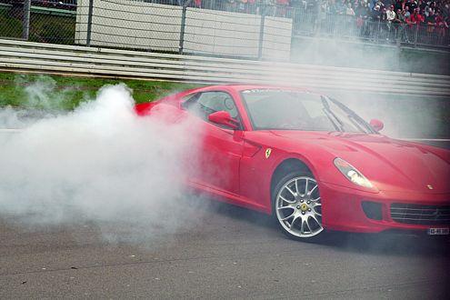 Rauchzeichen: Schumi lässt es richtig qualmen und gibt dem Ferrari 599 GTB Fiorano die Sporen.