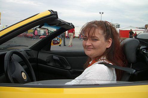 Und ab dafür: Fast schon routiniert nahm Gewinnerin Pia hinter dem Steuer des F355 Spider Platz.