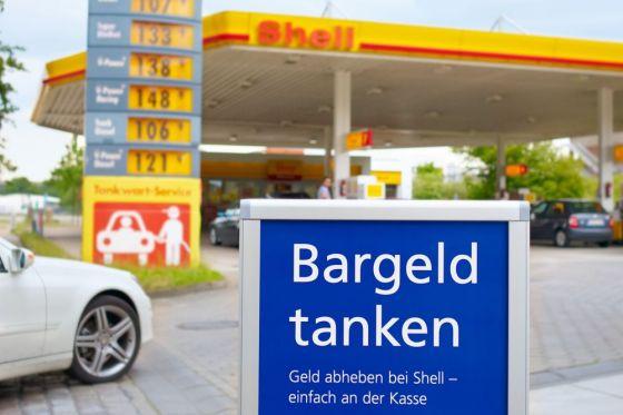 Bis Mitte 2010 kann man an allen 1300 Shell-Tankstellen in Deutschland Geld abheben.