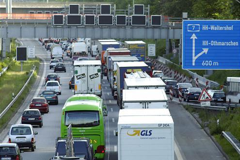 Nichts geht mehr Richtung Hamburg! Aufgrund von Baumaßnahmen bleibt der Elbtunnel bis 2009 eine Staufalle.