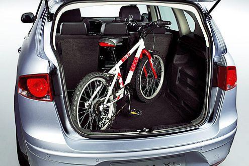 Da geht was rein: Fahrräder reisen im Altea XL auch stehend mit.