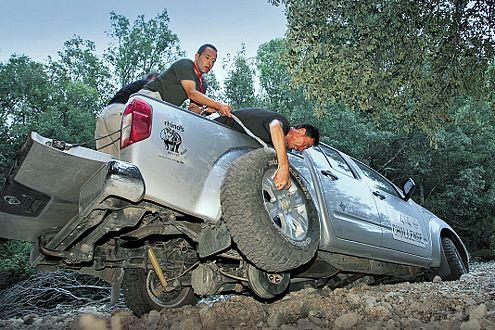 Anstrengend: Der Reifenwechsel von oben ist kein leichter Job.