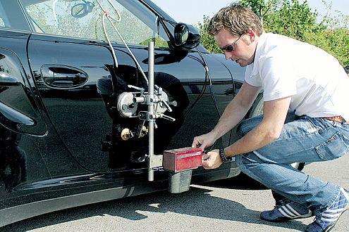 Testfahrer Sebastian Schneider montiert die Messtechnik.