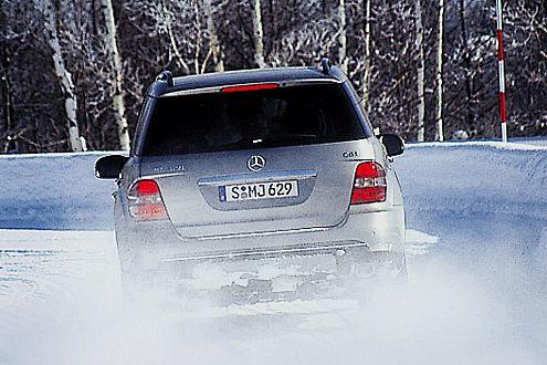 Bremsen auf Schnee: Hier versagt der mitgetestete Sommerreifen.