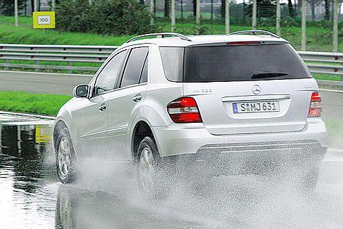 Mit ihrem weichen Profil haben es die Winterreifen beim Bremsen auf nasser Fahrbahn schwer.
