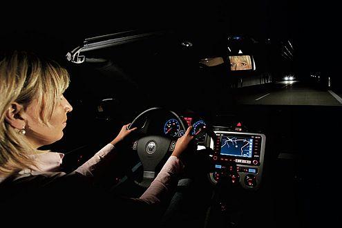 Hella betreibt in Lippstadt den größten Lichtkanal der Welt. AUTO BILD testete dort 22 neue Autos.