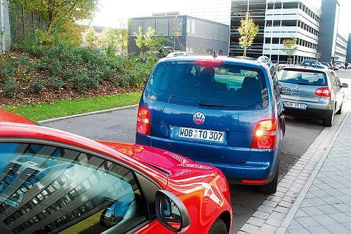 Kinderleicht: Einparken mit dem Park Assist des neuen VW Touran.