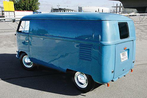 Ein echter Schatz: Der taubenblaue Prototyp von 1949 aus dem VW-Museum darf nur geschoben werden.