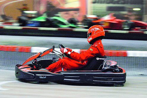Schumi im 8,5-PS-Kart auf seiner eigenen Indoor-Kartbahn in Kerpen.