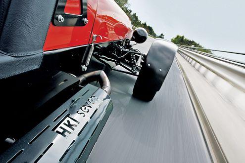 Bei den möglichen 255 km/h wird der Fahrer ordentlich durchgeschüttelt.