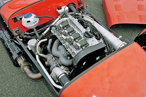 Der modifizierte 1,8-Liter-Turbo von Audi passt akkurat unter die Haube.