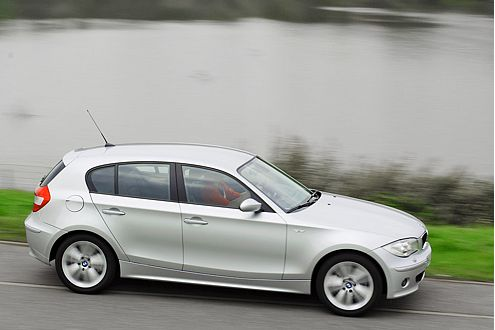 Das Raumgefühl im BMW ist eng, doch das Fahrgefühl macht es wett.